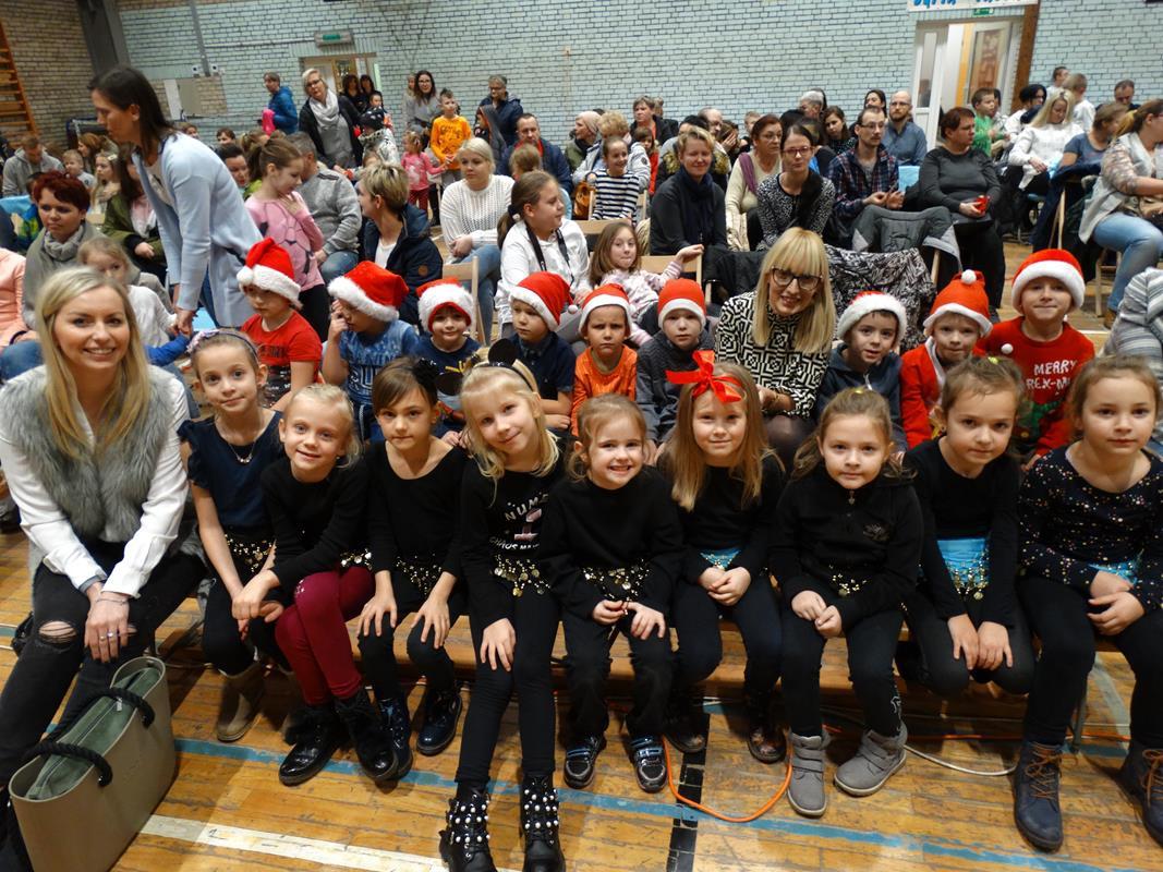 Występy taneczne w SP3 podczas kiermaszu bożonarodzenowego połączonego z jasełkami