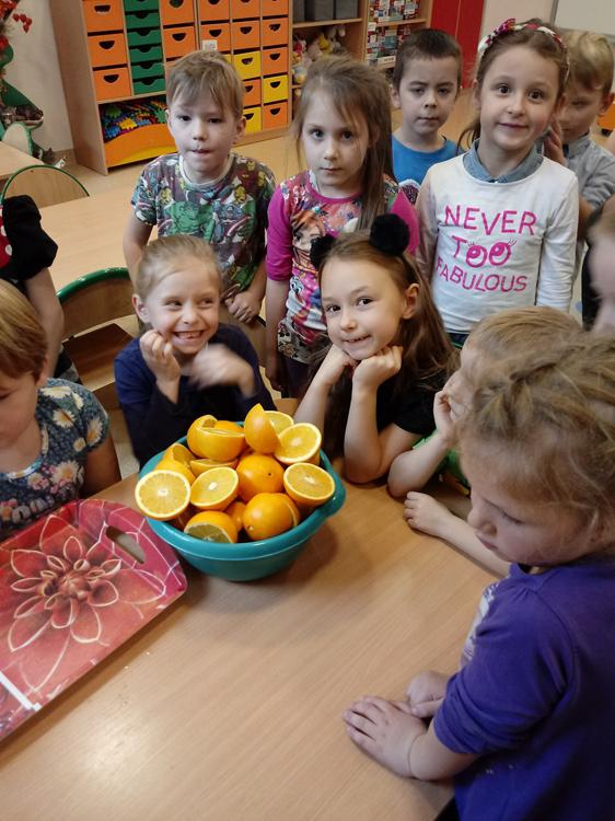 W ramach tygodnia warzyw i owoców Motylki robią pyszny sok pomarańczowy